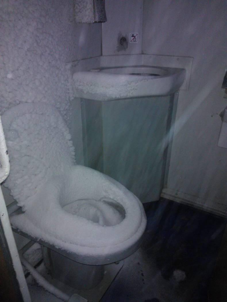 Глядя на фотографии этого туалета в польском поезде, по телу невольно